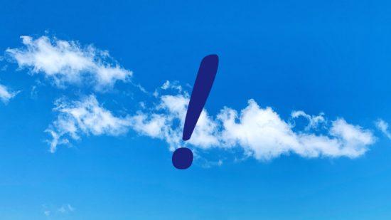 Ausrufezeichen vor blauem Himmel