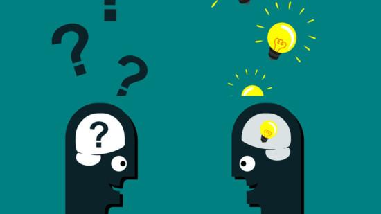 Kopf mit Fragezeichen und Kopf, dem ein Licht aufgeht