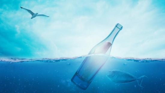 Eine Flaschenpost im Wasser
