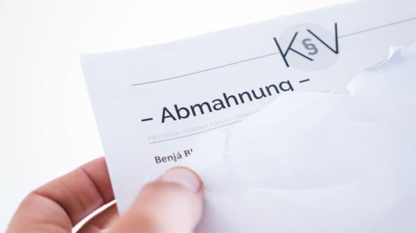 """Brief mit dem Text """"Abmahnung"""""""